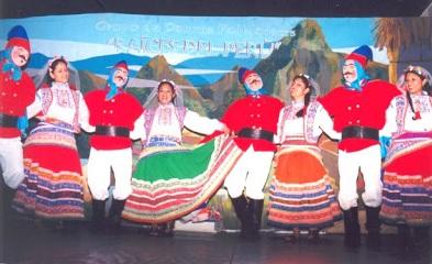 Foto de jóvenes bailando la danza Turcos de Cailloma - Vestimenta