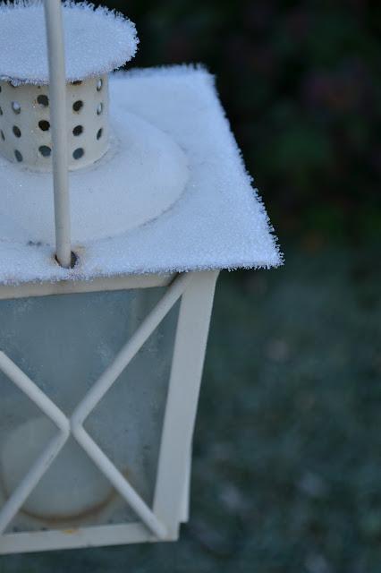 Saippuakuplia olohuoneessa- blogi, kuva Hanna Poikkilehto, syksy, jääkiteitä, lyhty, valokuvaus, pakkasaamu