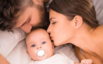 3 مشكلات في العلاقة الحميمة لا يعرفها سوى الذين أنجبوا أطفالًا رجل امرأة يقبلون طفل رضيع الامومة الابوة الصحة الانجابية العقم تأخر الحمل mom mother woman dad father man kiss baby