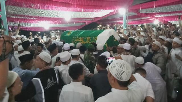 Saat Ribuan Jemaah Berebut Makamkan Ustaz Arifin ILham