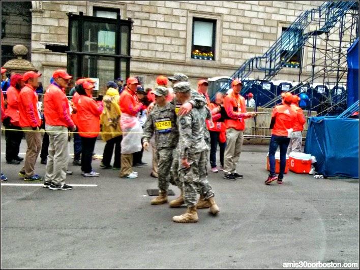 Maratón de Boston 2015: Soldado Cruzando la Meta