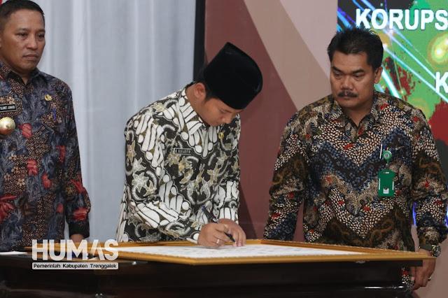 Plt. Bupati Trenggalek, Ikut Menandatangani Komitmen Bersama Program Pemberantasan Korupsi Berintegrasi Pada Pemerintahan Provinsi Jatim