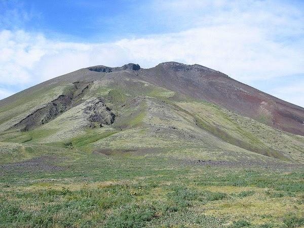 Volcan de alaska entra en erupcion.