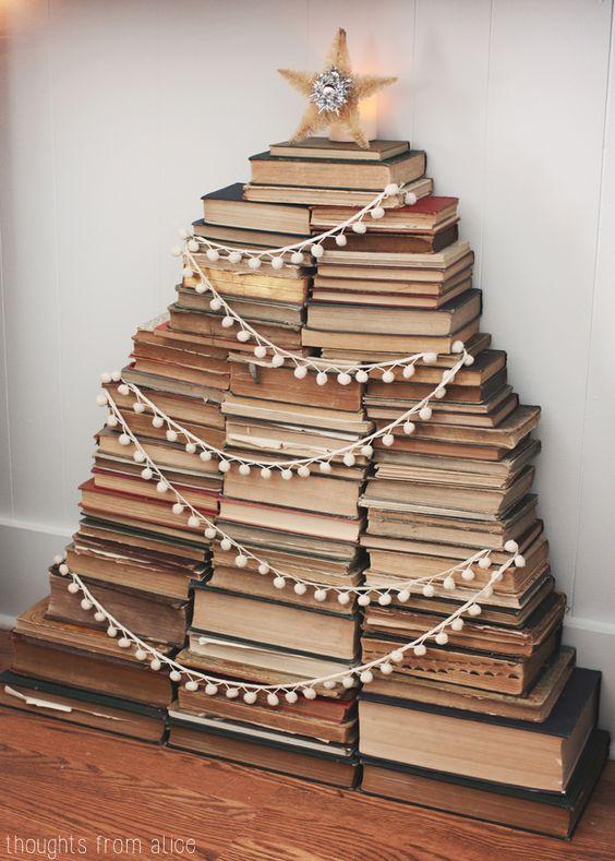 Un Árbol de Navidad diferente hecho con libros
