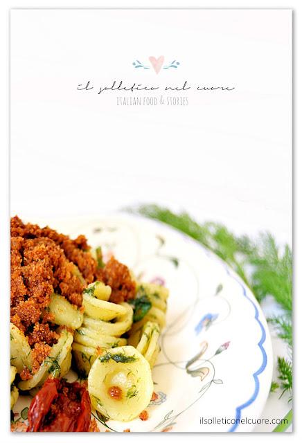 pasta-siciliana-con-finocchio-selvatico-alici-mollica-e-pomodoro-secco