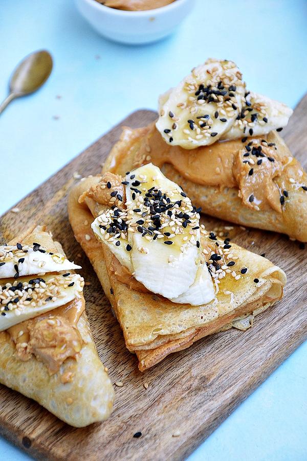 Naleśniki z masłem orzechowym i bananami