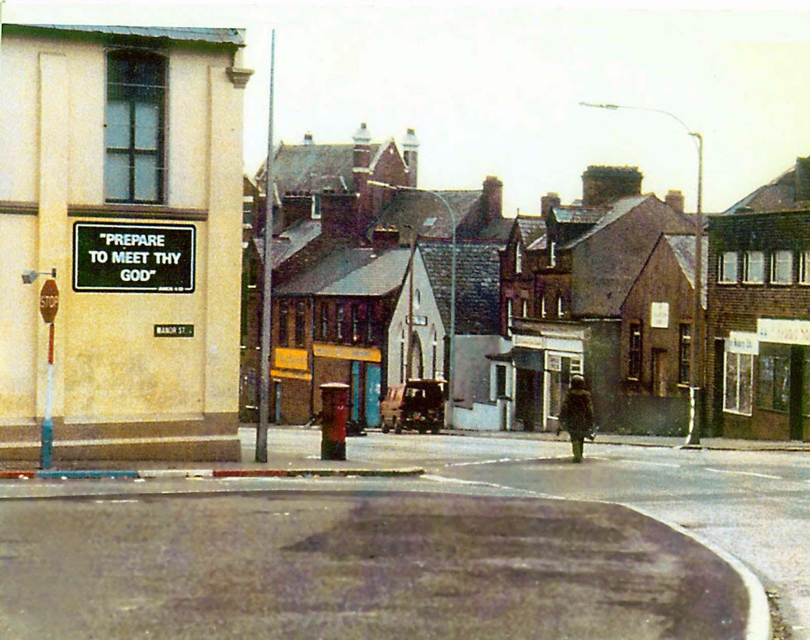 La larga caminata: un especialista en eliminación de bombas del ejército británico se acerca a un vehículo sospechoso en Belfast, en la década de 1970