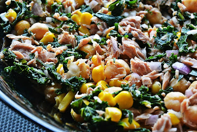 Sałatka z tuńczykiem i jarmużem z sosem sezamowym