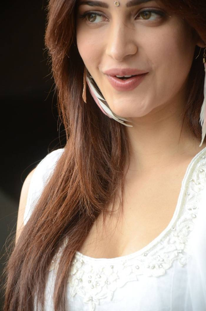 Shruti Hassan in White Salwar Suit