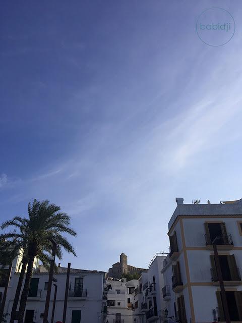 château qui surplombe la ville d'Ibiza vu depuis le port d'Eivissa