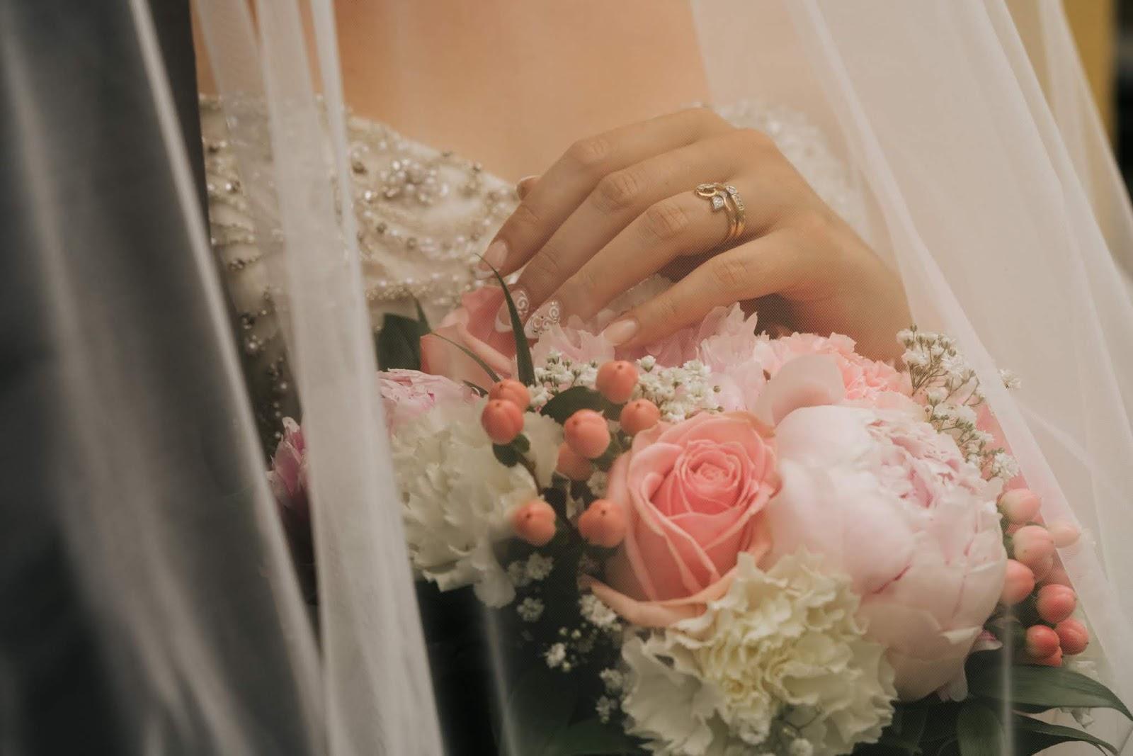 Lähes kaikilla morsiamilla on jonkinlainen kukkakimppu hääpäivänä.  Nykytapana on säästää kukat muistona itsellä ja nakata naimattomille  naisvieraille tähän ... a9939668d0