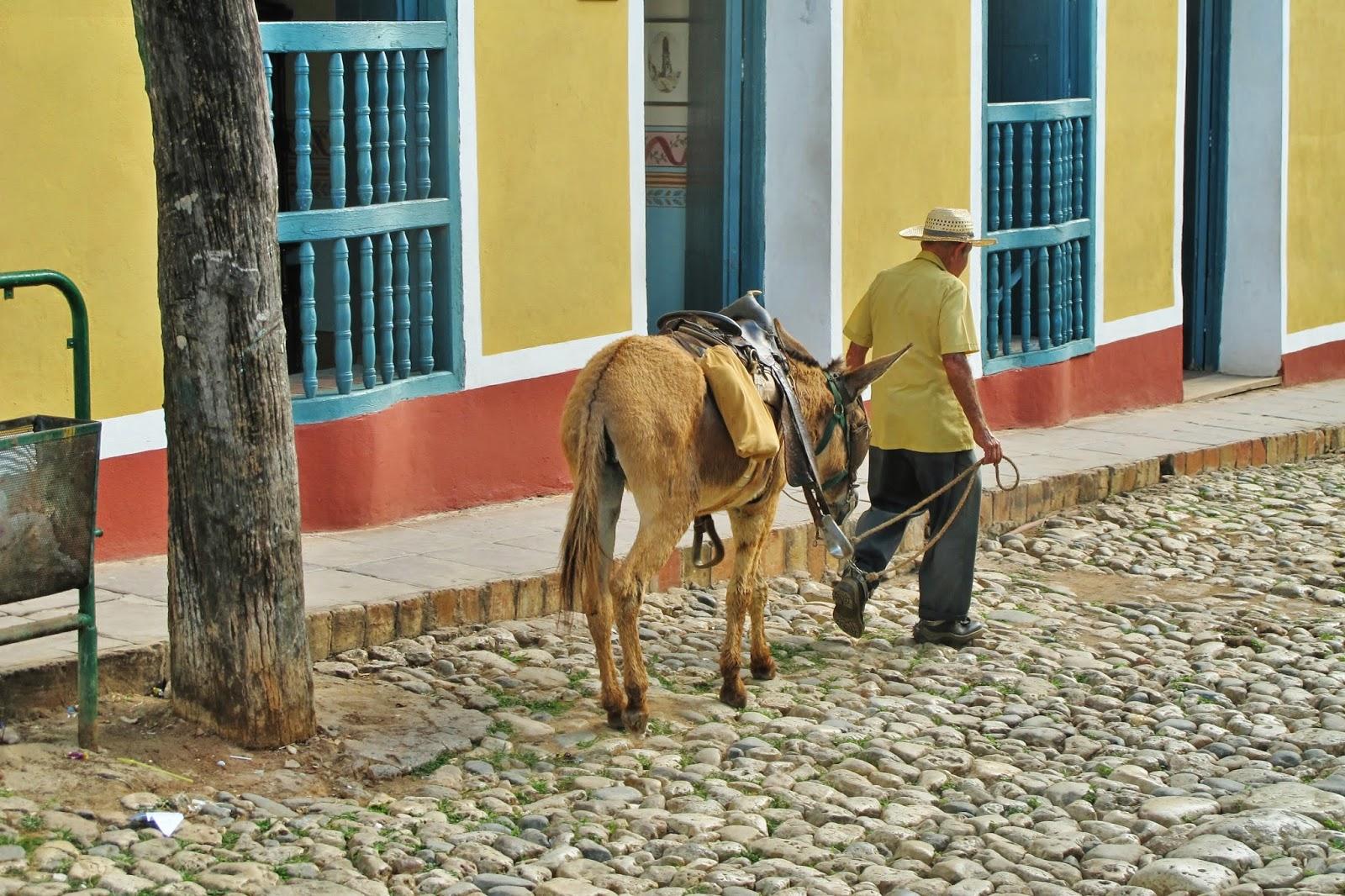 Nativo caminha pelas ruas do Centro histórico de Trinidad, em Cuba.