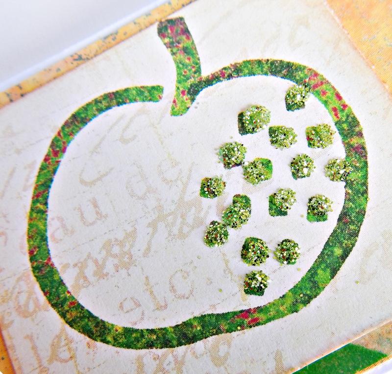 Jabłuszko ozdobione brokatem na ręcznie robionej kartce