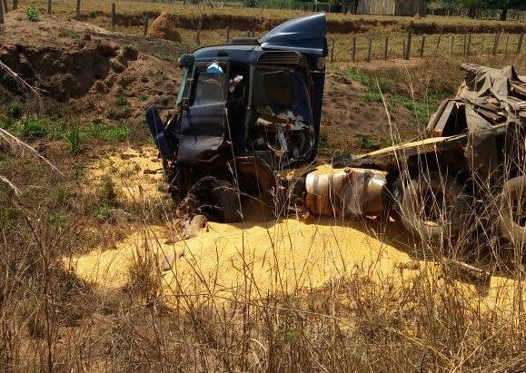 [Urgente] Acidente trágico destrói carretas e deixa motorista agonizando na BR 364 no trecho entre Cacoal e o Distrito de Riozinho [VÍDEO]