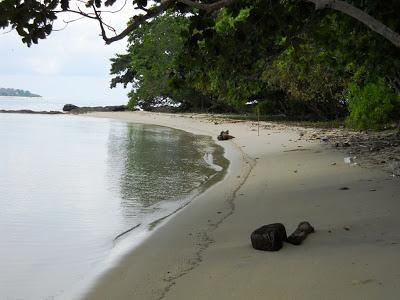 Pasir pantai batu putih yang putih dan bersih