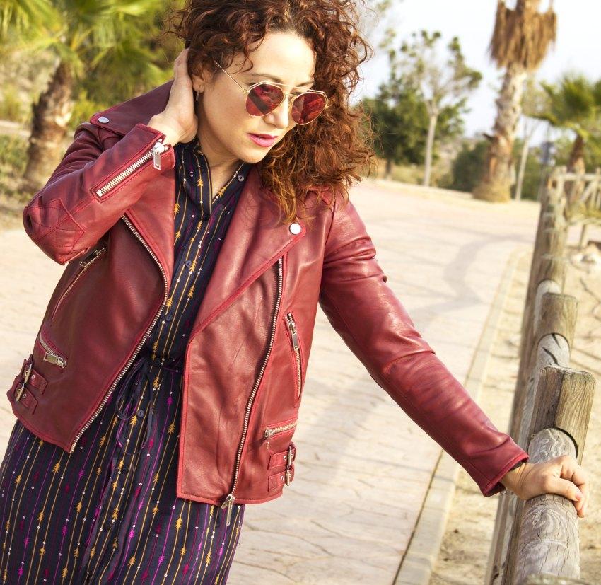 vestido_laredoute_chaqueta_biker_burdeos_cuero_zara_stradivarius_bolso_chloe_gafas_de_sol_rosas_melange_boutique_fashion_blog_de_moda_5
