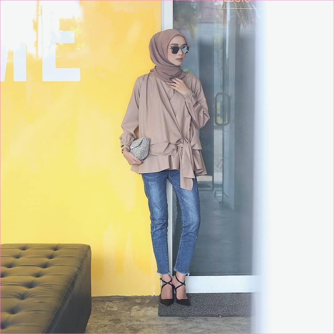 Outfit Baju Top  Blouse Untuk Hijabers Ala Selebgram 2018 blouse pita krem segiempat hijab square krem tua kacamata hitam high heels wedges sepatu cleopatra clutch bags dompet ootd trendy celana jeans denim sobek