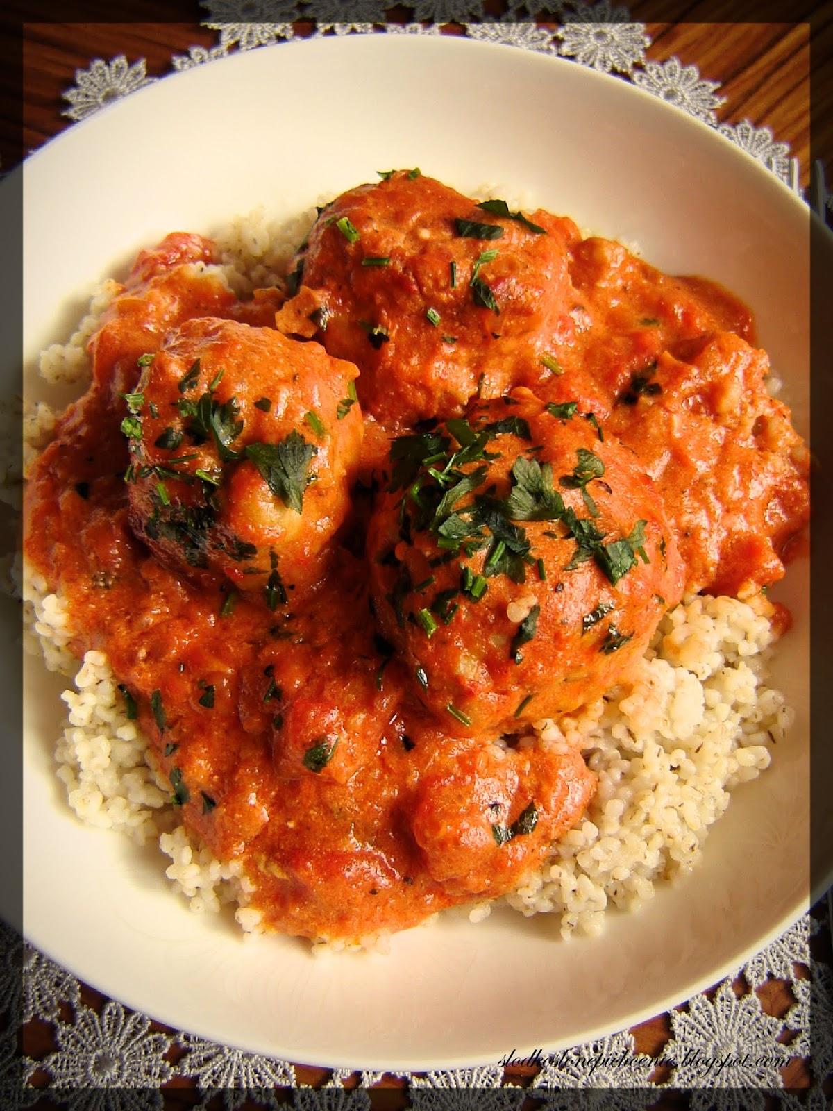 Pulpety z mozzarellą w sosie pomidorowym