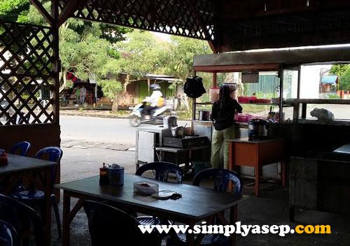 SENDIRI :  Belum ada staf atau asisten. Penjualnya sendirian nyaris yang saya liat setiap hari. Foto Asep Haryono