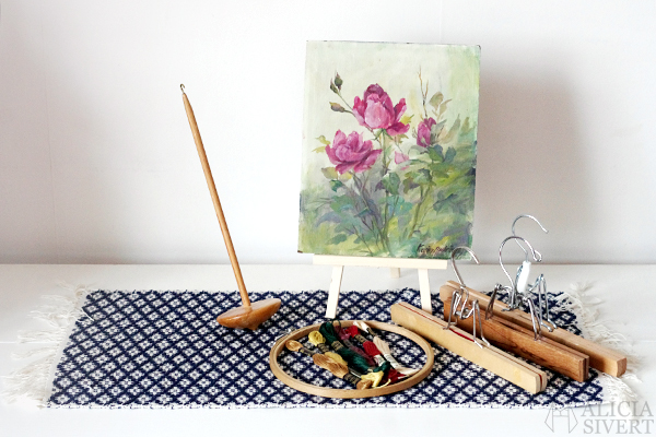Loppisfynd, foto av Alicia Sivertsson, 2016, loppis, second hand, thrift, thrifting, drop spindle, slända, tavla, målning, karin andreasson, sybåge, broderigarn, yarn, floss, embroidery, painting, hoop, byxgalge, byxgalgar i trä, matta, rug