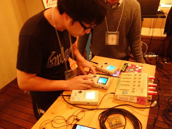 (圖說:中場音樂表演DJ,透過Gameboy遊戲機創作混音。攝影:陳凱爾)
