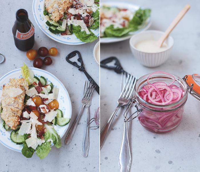 Caesars Salad Hähnchen Parmesan eingelegte Zwiebeln Panko paniert Tomaten Romana Salat