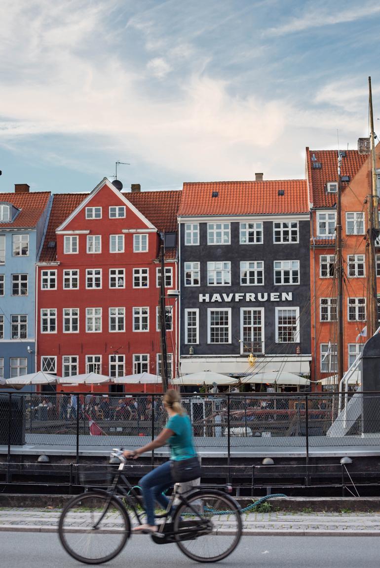 viajar-copenhague-imprescindibles-puerto-Nyhavn-bicicleta