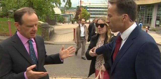 Mujer se mete a entrevista y el reportero le toca un seno