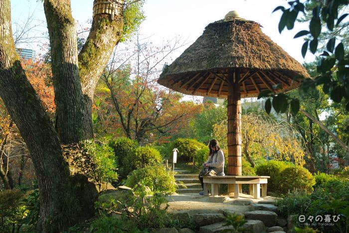 Etudiante lisant sous un parasol, jardin shukkei-en, Hiroshima-shi