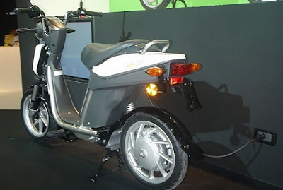 Moto eléctrica conectada a enchufe