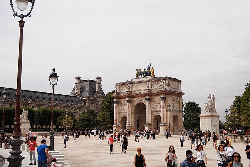 Blick vom Louvre auf den Bogen und Jardin des Tuileries / Paris im Sommer / Interrail-Reise