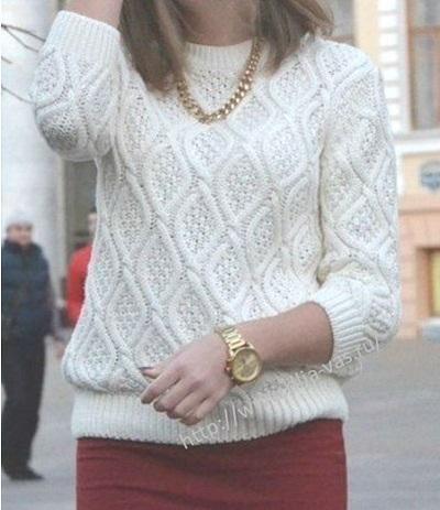 Женский свитер с узором ромбы.