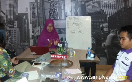 MARKETING PLAN : Ibu Rudi Maryati (Core Leader) memberikan pembekalan aspek bisnis dan marketing MilargoS kepada para peserta. Foto Asep Haryono