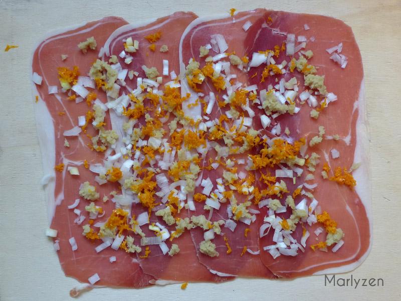 Etalez les tranches de jambon cru.