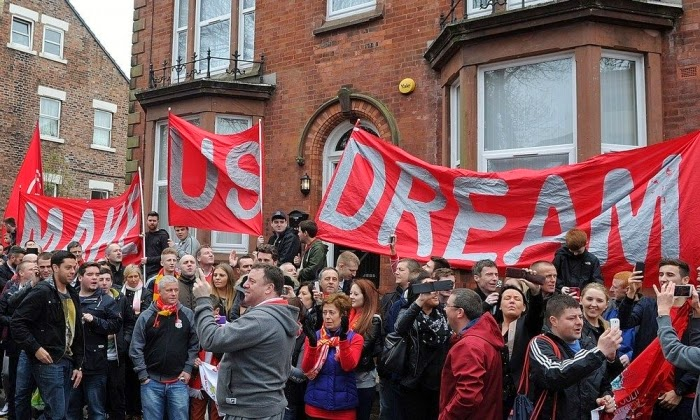 Tulisan Make Us Dream dipajang oleh suporter Liverpool