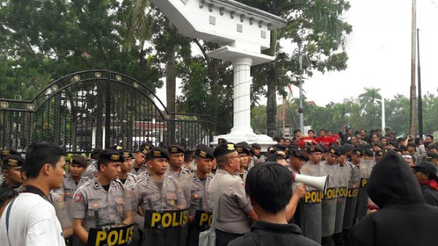 Emosi Massa Memuncak & Langsung Serbu Kantor Gubernur Sulut Usai Tahu Fahri Hamzah Ada Di Dalam