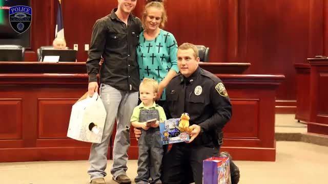 Video de una patrulla muestra policía salvando a un pequeño