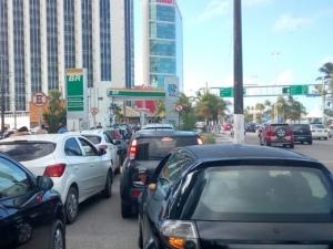 Protesto afeta fornecimento e gasolina chega a ser vendida a R$ 8,99 em PE
