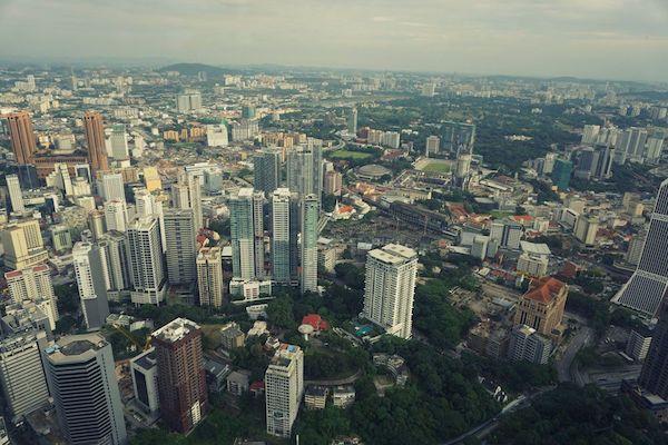 クアラルンプール中心部の高層ビル、雑居ビルやショップハウスが無秩序に乱立する姿