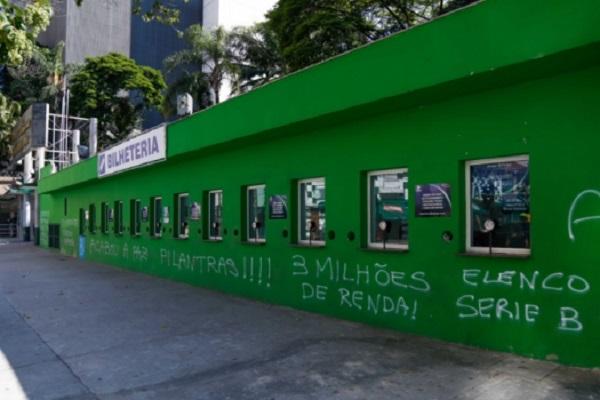 Allianz Parque com paredes pichadas em protesto (Imagem: Reprodução/Lance)