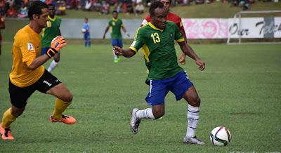 Mikael Roche, portero de Tahití contra James Naka de Islas Salomón