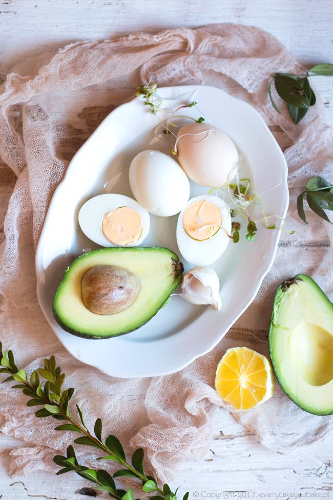 wielkanocne jajka faszerowane awokado z dodatkiem chili