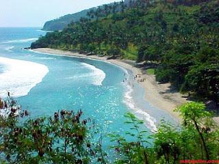 wisatawan pantai senggigi lombok