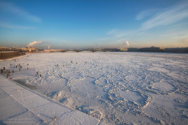 маршрут по стенам Петропавловской крепости. вид на замерзшую Неву