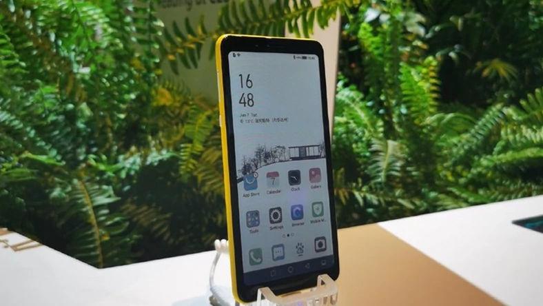 smartfon firmy Hisense z kolorowym e-papierem