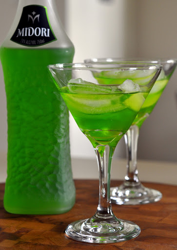 Making-Melon-Ball-Cocktails-tasteasyougo.com