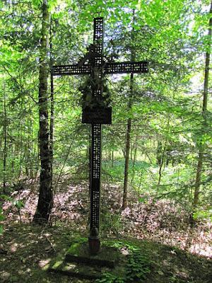 Metalowy krzyż z okresu II wojny światowej.
