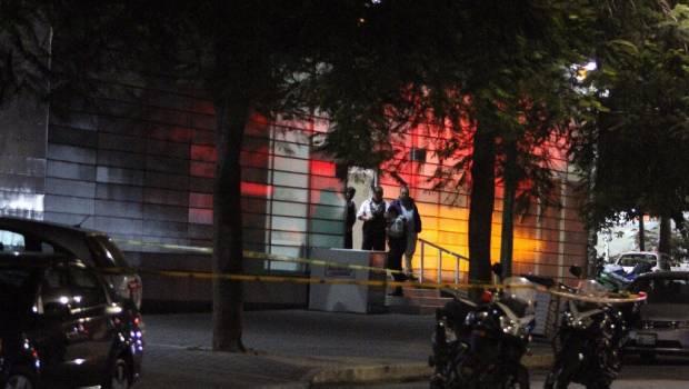 Dejan hielera con dos cabezas frente a Televisa Guadalajara