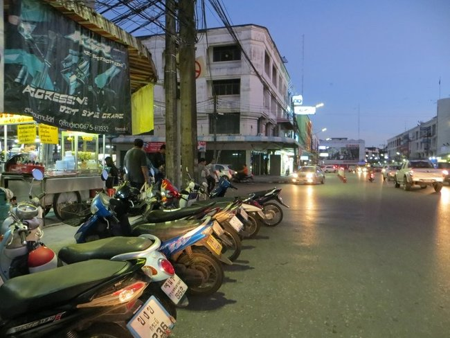 стоянка скутеров в краби таун