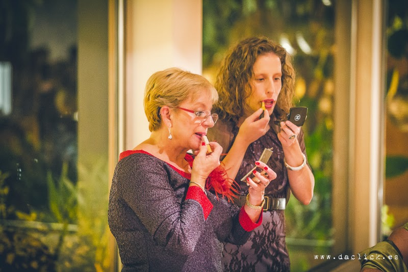 mujeres pintándose los labios